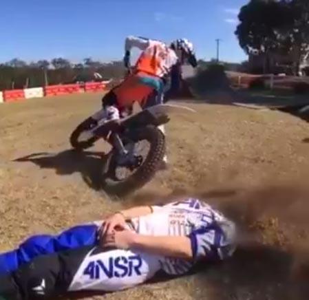 Pozri sa, čo tento motorkár spravil svojmu kamarátovi. Toto určite nečakal